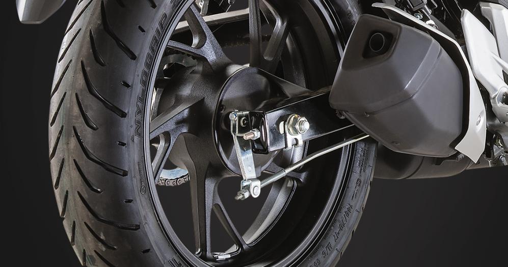 Diseño robusto mofle deportivo de la moto honda CB160F DLX